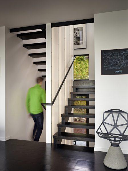 Як зробити сходи в будинку зручною і красивою