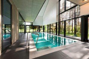 Облаштування басейну в котеджі: всі секрети скління купальної зони